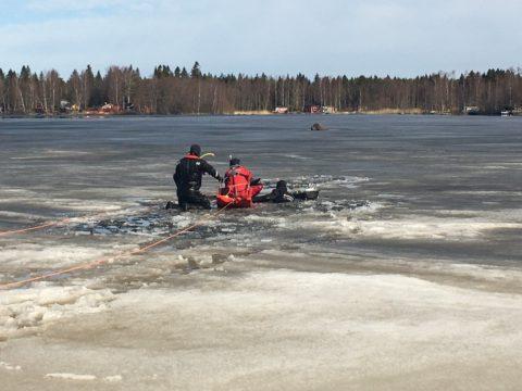 Henkilö vajosi jäiden läpi Kokkolassa Byrkholmsfjärdenillä - henkilö saatiin pelastettua 1